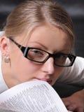Frau mit einem geöffneten Buch Stockbilder