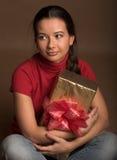 Frau mit einem Geschenk Stockfoto