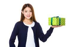 Frau mit einem Geschenk stockfotos