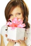 Frau mit einem Geschenk in ihren Händen Lizenzfreie Stockfotos