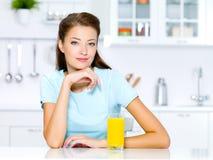Frau mit einem Glas frischem Orangensaft Lizenzfreie Stockbilder