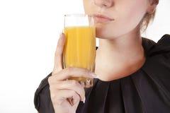 Frau mit einem Glas Saft Lizenzfreies Stockfoto