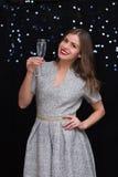 Frau mit einem Glas von Champagne Stockbild