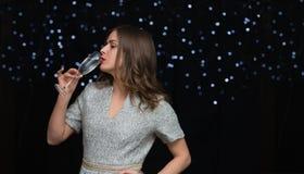 Frau mit einem Glas von Champagne Stockfoto