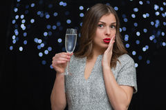 Frau mit einem Glas von Champagne Stockfotos