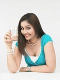 Frau mit einem Glas Wasser Lizenzfreie Stockfotografie