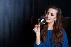 Frau mit einem Glas Wein lizenzfreies stockbild