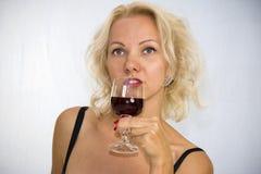 Frau mit einem Glas Wein Lizenzfreie Stockfotografie