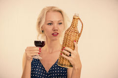 Frau mit einem Glas Wein Stockfotografie