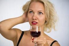 Frau mit einem Glas Wein Lizenzfreies Stockfoto