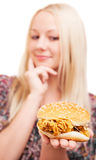 Frau mit einem Hamburger Lizenzfreie Stockfotografie