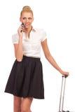 Frau mit einem Handy, der weg schauen und dem Denken. Lizenzfreies Stockbild