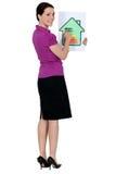 Frau mit einem Hausenergie-Bewertungszeichen Stockbild