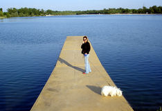 Frau mit einem Hund Stockfotografie