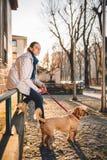 Frau mit einem Hund Stockbilder