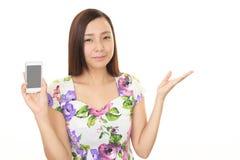Frau mit einem intelligenten Telefon Stockbild