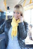 Frau mit einem Intelligenttelefon innerhalb eines Busses Lizenzfreies Stockfoto