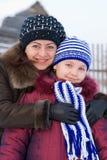 Frau mit einem jungen Mädchen lizenzfreies stockbild