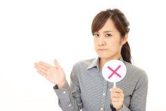Frau mit einem keinem Zeichen lizenzfreies stockbild