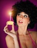 Frau mit einem kleinen Geburtstagkuchen Lizenzfreies Stockfoto
