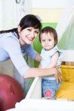 Frau mit einem Kleinkind Lizenzfreie Stockfotos