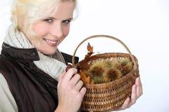 Frau mit einem Korb Stockfotografie