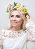 Frau mit einem Kranz auf dem Kopf von künstlichen Blumen stockfotos
