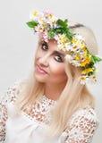 Frau mit einem Kranz auf dem Kopf von künstlichen Blumen stockbilder