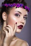 Frau mit einem Kranz von Blumen auf ihrem Kopf lizenzfreie stockbilder