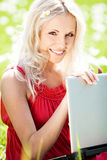 Frau mit einem Laptop Lizenzfreie Stockbilder