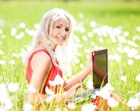 Frau mit einem Laptop Stockbild