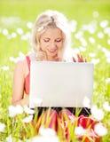 Frau mit einem Laptop Lizenzfreie Stockfotos