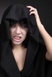 Frau mit einem Lattengesicht im Schwarzen Lizenzfreie Stockfotografie