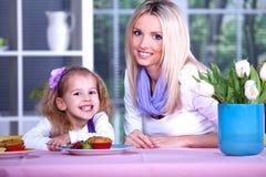 Frau mit einem Mädchen Lizenzfreies Stockfoto