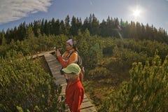 Frau mit einem Mädchenwandern Lizenzfreie Stockbilder
