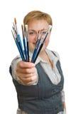 Frau mit einem Malerpinsel, getrennt über Weiß Lizenzfreie Stockfotos