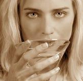 Frau mit einem Martini Stockbild