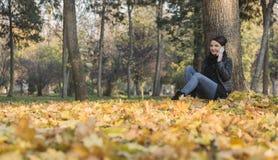 Frau mit einem Mobile in einem Wald im Herbst lizenzfreies stockfoto