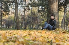 Frau mit einem Mobile in einem Wald im Herbst lizenzfreies stockbild