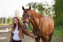 Frau mit einem Pferd Stockfotos