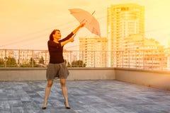 Frau mit einem Regenschirm Stockfotos