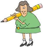 Frau mit einem riesigen Bleistift auf ihrer Schulter Lizenzfreie Stockfotos