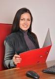 Frau mit einem roten Faltblatt Lizenzfreie Stockfotos