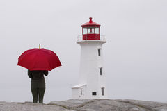 Frau mit einem roten Regenschirm Stockbilder