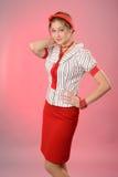 Frau mit einem roten Verband auf einem Kopf Stockfotografie