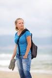 Frau mit einem Rucksack stockfotos