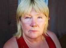 Frau mit einem ruhigen Blick Stockbilder