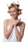 Frau mit einem süßen Gesicht und Lockenwickler auf Haar lizenzfreie stockfotos