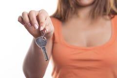 Frau mit einem Schlüssel, lokalisiert auf weißem Hintergrund lizenzfreies stockfoto