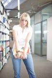 Frau mit einem schweren Stapel der Bücher Stockfotos